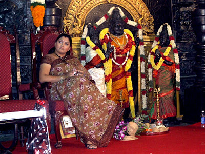 kushboo-leg-raising-before-goddess