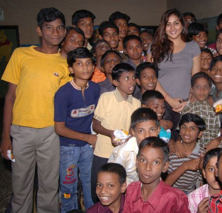 normal_namitha_meets_kids_at_children_welfare_association_1