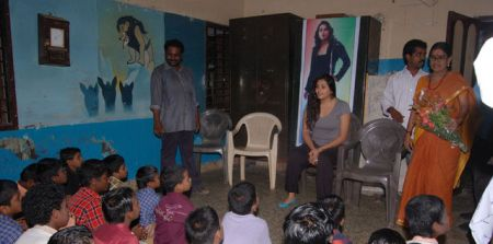 normal_namitha_meets_kids_at_children_welfare_association_4
